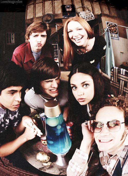 Novela/Seriado: That '70s Show, 1998 à 2006. É uma série de televisão norte-americana, contando a história de seis jovens que vivem na cidade fictícia de Point Place, subúrbio de Green Bay, Wisconsin, durante a década de 1970.