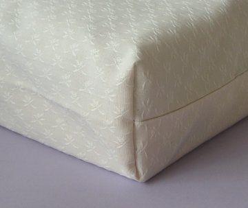 Une méthode pour réaliser un coussin épais avec coutures sur l'épaisseur.