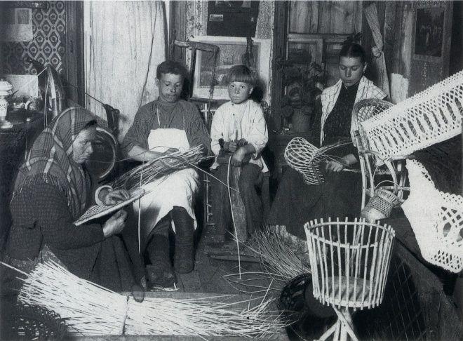Плетение корзин и лукошек. Село Бор Нижегородской губернии. 1900-е
