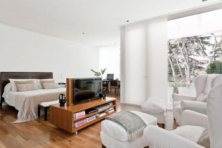 Ocho propuestas para ubicar la pantalla de tv  En un dormitorio de dimensiones generosas, la pantalla puede girarse para ser vista desde la cama o desde los cómodos sillones. Foto:Archivo LIVING