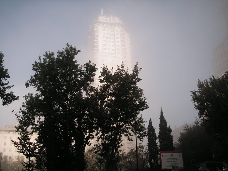 #スペイン #マドリード #スペイン広場 #フォトジェニック #写真  冬から春先にかけて、日中の寒暖の差が多い時期に霧がとても深い朝がある。