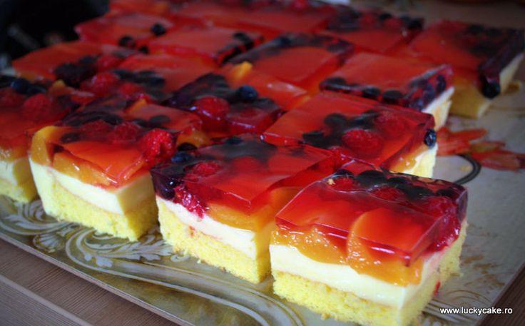 Prajitura cu crema de vanilie si fructe - Lucky Cake