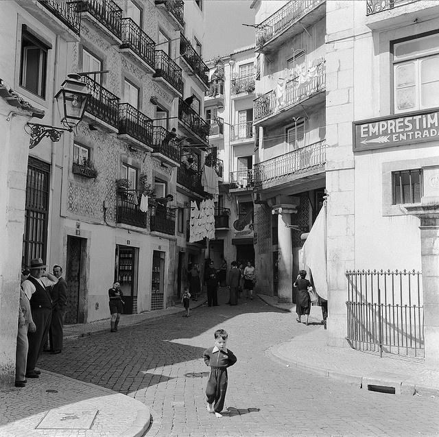 Alfama, Lisboa, Portugal by Biblioteca de Arte-Fundação Calouste Gulbenkian, via Flickr