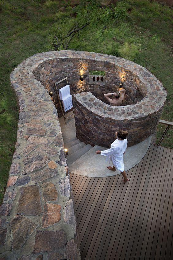Wieder eine sehr schöne Möglichkeit einer Duschschnecke aus Natursteinen