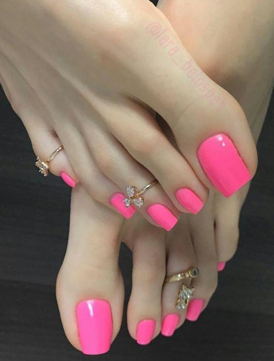The stunning toes of Lara Belos