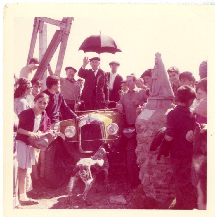 Emilio Alava saludando a su llegada a la cima del Gorbea. Septiembre 1966