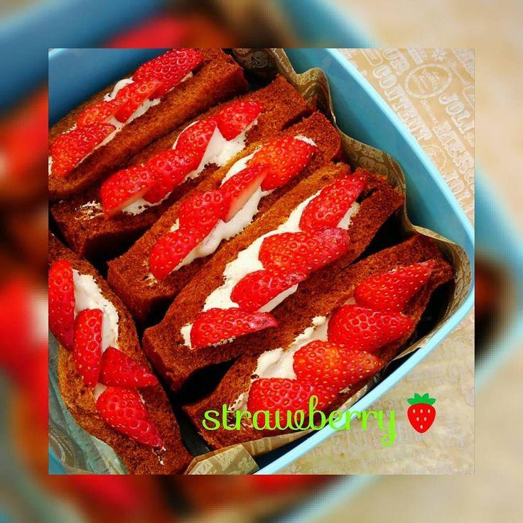 今日は熊本城にて友達家族とみんなでお花見 お花見弁当はイチゴのサンド モカクリームが大人気でした #花見 #お弁当 #いちご #苺 #おうちカフェ #サンドイッチ #kumamoto by tomo_0509