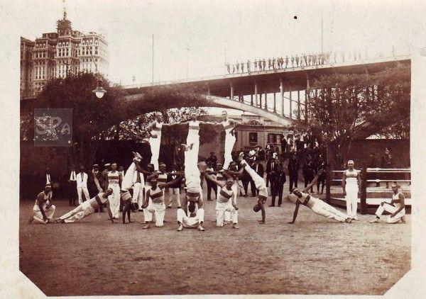 Demonstração de atletismo da Força Pública em 1929 nas proximidades do Viaduto Santa Ifigênia