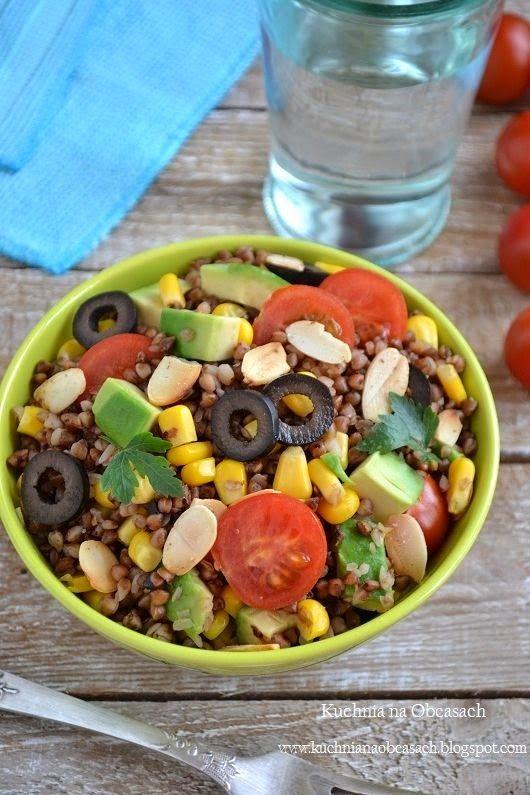 Sałatka z kaszy gryczanej z awokado, pomidorkami, kukurydzą, oliwkami i płatkami migdałów