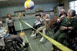 Los ancianos vivían en el hogar de ancianos.                                                                                                                                                                                 Más