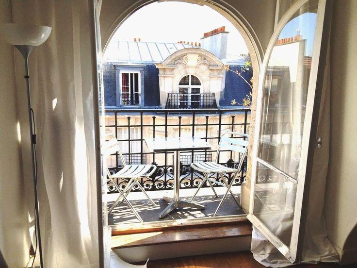 Wunderschöner Pariser Balkon - Tisch und Stühle und eine sonnige Aussicht auf die gegenüberliegende Fassade.  #Paris #balcony