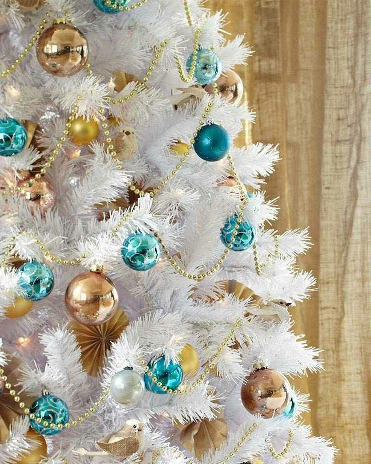 künstliches Weihnachtsbaum im Weiss blaue und goldene Christbaumkugeln