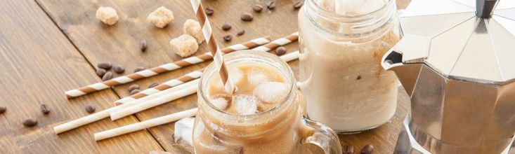 A hűsítő és frissítő jeges itallal leginkább kávézók teraszain lepjük meg magunkat, mert valamiért olyan körülményesnek tűnik elkészíteni otthon. De egyáltalán nem az, mutatunk is néhány szuper ötletet.
