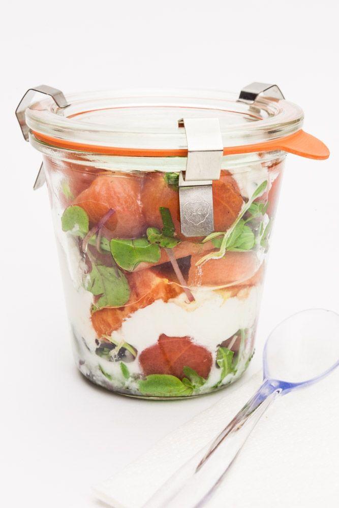 Lunch - tomatensalade met ontvelde tomaatjes, watermeloen en muntkwark