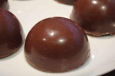 Domes chocolat au thermomix. Voici une délicieuse recette des Domes au chocolat fourés avec du caramel, beurre salé et biscuit, facile et simple..