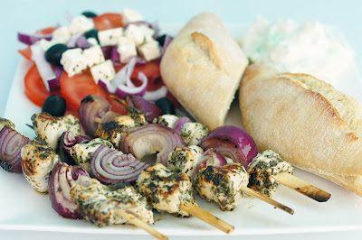Gewoon wat een studentje 's avonds eet: Kip souvlaki met Griekse salade en tzatziki met br...