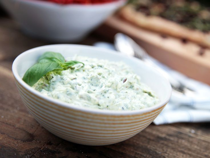 Kall ostkräm med örter och mangold | Recept från Köket.se