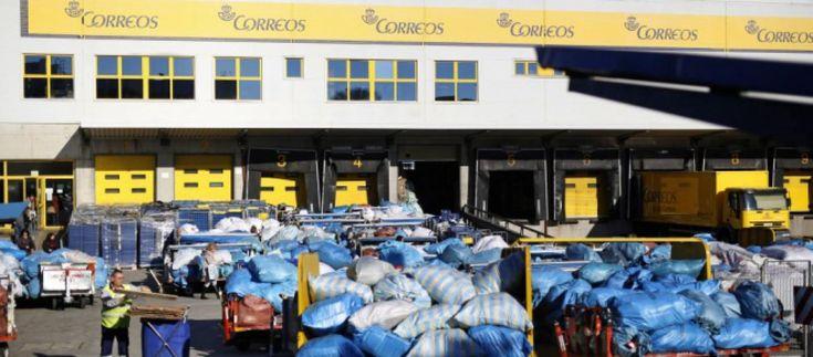 Correos saturada, acumula 300 toneladas de paquetes en el Aeropuerto de Madrid