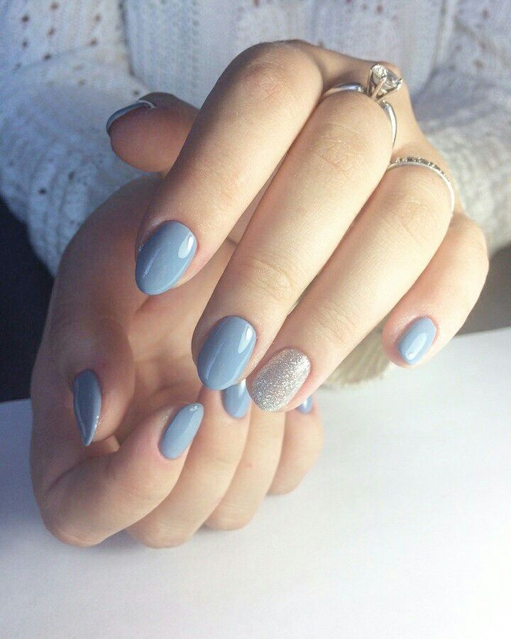 Esmaltação azul e filha única em glitter prata