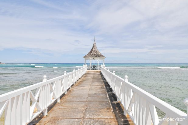10 Awesome All-Inclusive Chain Resorts for Food-Lovers-Half Moon Montego Bay  Half Moon has hosted guests like Joan Crawford, Clark Gable, and even Queen Elizabeth II, so you know it must be good. The dining deals here can include all meals or just some. You will probably wish you went with the all meals and drink package considering they have a swim-up pool bar, beach barbecue, an Italian restaurant that replicates an Italian villa, and private options like a sunset gazebo dinner for two.