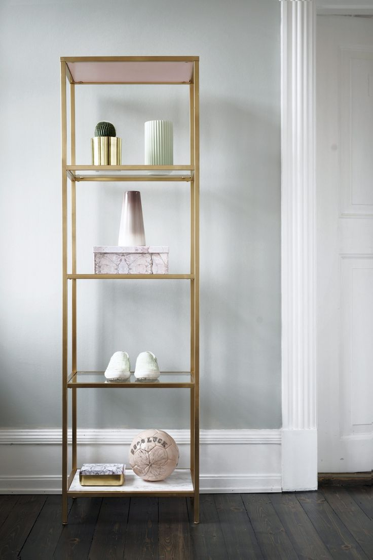 Galleri: DIY: Hotte hyldemeter   Femina#slide-0#slide-Reol,   Vittsjö, til 399 fra Ikea Træplader (tjek resteafdelingen i byggemarkedet)  Maling i farven Ferskenblomst fra Dyrup Spraymaling i mat guld fra Silvan Marmorfolie til 59 kr. pr. rulle fra Silvan