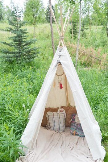 teepee(ティピ)は簡単な骨組みのミニテントのこと。本来はアメリカインディアンの住む簡易的な住居用テントのことを意味していました。シンプルながら形が可愛いと話題になり、今ではインテリアにもアウトドアライフにも、ティピを取り入れるのが人気になっています。