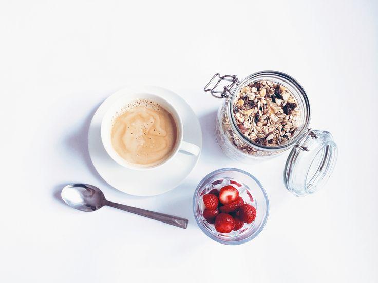 Truskawki i muesli na śniadanie