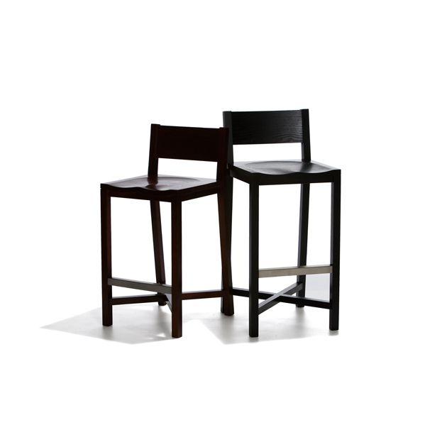 Toscana - Fast barstol helt i trä, lackat i brunt. Finns i två olika höjder.