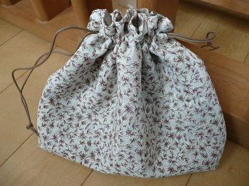 入園・入学の事前準備には、巾着袋を揃える必要がありますよね。 そこで、コップ袋、お弁当袋、お着替え袋に上履き入れ袋など、様々なサイズの巾着袋の作り方を49通り厳選しました! 「でも、裁縫は苦手だし・・・。巾着袋のことを考えただけで頭が痛いよぉ。。。」 なんていう方でも、簡単に作れる方法ばかりです^^ 裏地ありの巾着袋以外にも、取っ手や切り返しを付けたり、可愛いフリルがついたり、お洒落にレースをあしらうなども簡単にできてしまいます。 紐の長さや紐の通し方なども含めて、ぜひ参考にしてくださいね! 簡単な作り方!シンプル巾着袋(裏地あり) 楽天のオススメNo.1 巾着3点セット(大・中・小) 体操着入れ 上履き入れ コップ袋 巾着袋 2017年新柄 シューズバッグ 体操服入れ 入学・入園セット 通園バッグ 女の子 男の子 キッズ【メール便OK】ya価格:1404円(税込、送料別) (2017/2/28時点) 楽天のオススメNo.2 片絞り巾着袋/サイズも色も選べる3枚セット価格:1080円(税込、送料別) (2017/2/28時点) 楽...