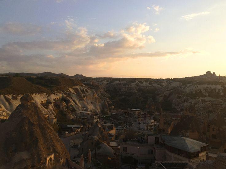 Cappadocia sunset #balloons #cappadocia #turkey #outfit #travel #rooftop #sultancavesuite #каппадокия #турция #отель #полетына воздушныхшарах #sunset #sunsetpoint #закат