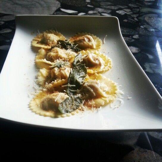 Ravioli di zucca con salsa di burro e salvia