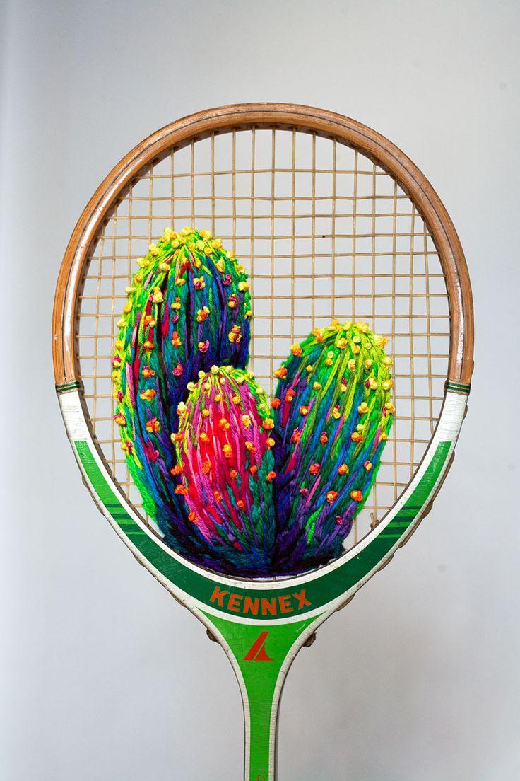"""Quem diria que acessórios esportivos poderiam virar obras de arte, não é mesmo?! Pois a artista sul-africana Danielle Clough teve a incrível ideia de unir suas habilidades manuais à raquetes de tênis e badminton antigas, desenvolvendo bordados botânicos surpreendentes. Na série """"What a Racket"""", Danielle tece flores, folhas, cactos e suculentas usando fios supercoloridos e …"""