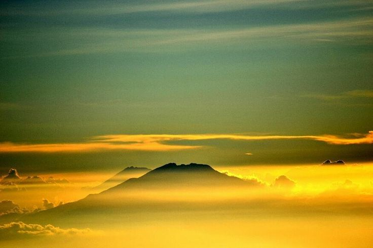 """5,151 Me gusta, 28 comentarios - Nikon Indonesia (@nikonindonesia) en Instagram: """"Berawal dari hobi menjelajahi gunung-gunung di Indonesia, @photovinthesis  mulai belajar fotografi.…"""""""