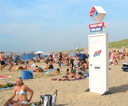 Buena campaña de street marketing de Domino's Pizza para crear imagen de marca...y vender alguna que otra pizza.  El punto de entrega estaba realmente operativo.