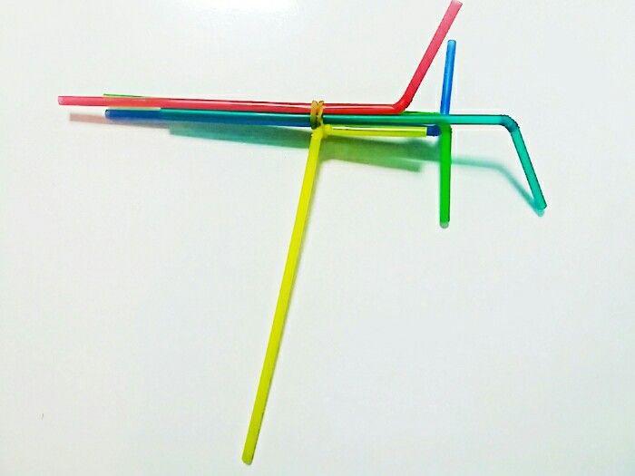 9.12 비행기 실습과 함께 색들의 실험을 섞어 계속 진행해보는 3디 모형제작. 빨대들을 고무줄로 연결하여 변인요소로 작용하도록 탄력을 주었다. 노란색 빨대부분이 손잡이로 손에 잡고 흔들거나 빙글빙글 돌리면, 색들이 섞이면서도 고무줄의 탄성에 의해 제멋대로 움직인다. 어쩐지 신이 나면서도 울렁울렁 또는 왈각왈각이는 듯한 느낌을 받았고 이를 드로잉할때 참고하려고 한다