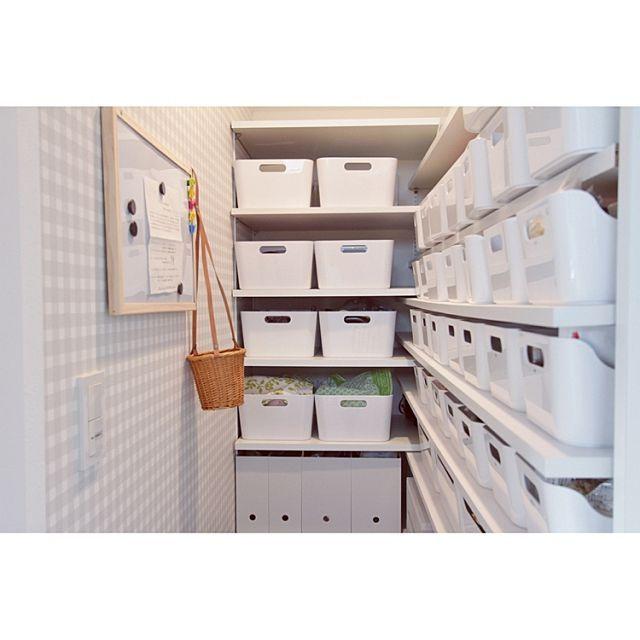 女性で、の白が好き/ギンガムチェック/パントリー/パントリー内部/IKEA/収納…などについてのインテリア実例を紹介。「やっとだいたい整理が終わったパントリー。先日の工務店の撮影になんとか間に合いました。IKEAのVARIERA多用しています。」(この写真は 2015-10-07 23:28:31 に共有されました)