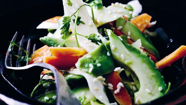 Her ser du et billede af råkostsalat med rodfrugter og avokado fra kogebogen Almanak