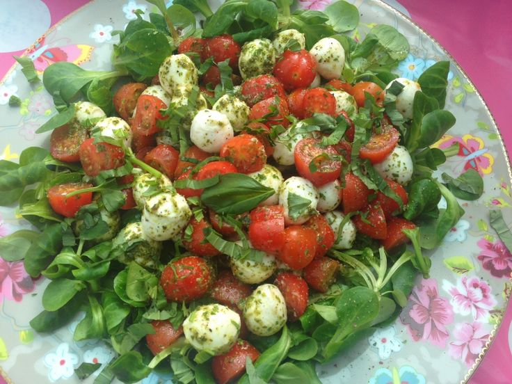 Insalata caprese, veldsla, basilicum, mozzarella, tomaat, pesto