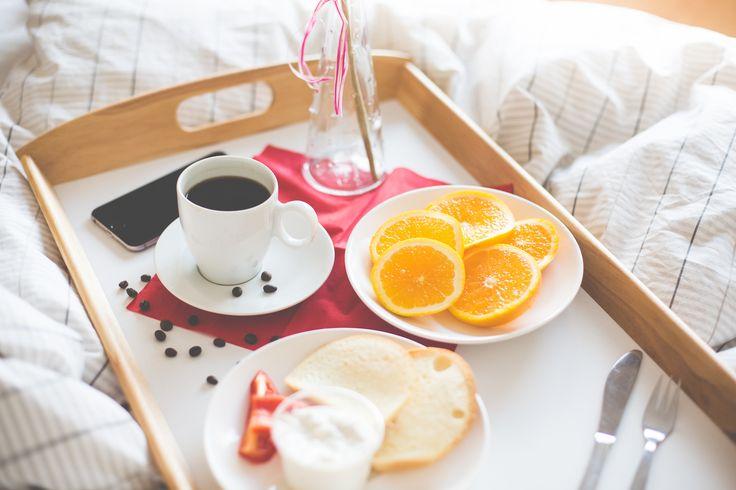 Aquí puedes descargar de forma gratuita esta imagen de un desayuno en la cama completo, con café y fruta, además de un iphone. > http://imagenesgratis.eu/imagen-gratis-de-un-desayuno-en-la-cama/