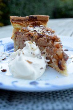 Efterår er æbletid. Især æblekagetid. Hjemme hos mig er vi store fans af  den klassiske gammeldags æblekage og den velkendte æblecrumble; de fungerer  bare altid. I weekenden besluttede vi os nu alligevel for, at det var tid  til at prøve noget nyt. Valget faldt på den her; en æbletærte, der rent