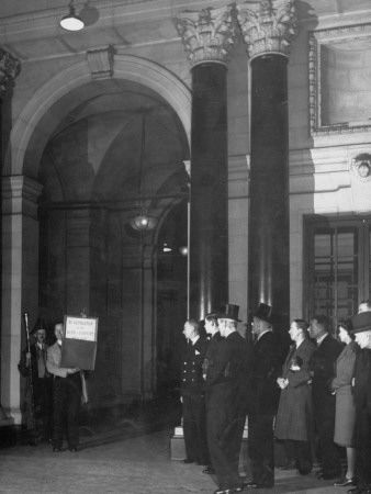 Messenger for the Bank of London Displaying the Bank Rate Notice to the Public