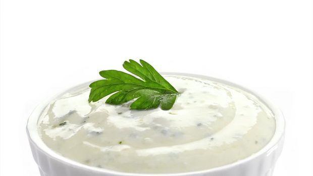 Ob fürs Grillen daheim, zur Ofenkartoffel oder als Beilage für Gemüsesticks: Ein Rezept für Sour Cream sollte jeder kennen, denn dabei handelt es sich um einen wahren Allrounder unter den Dips. Wie Sie die leckere Soße selber machen, verrät der SAT.1 Ratgeber.