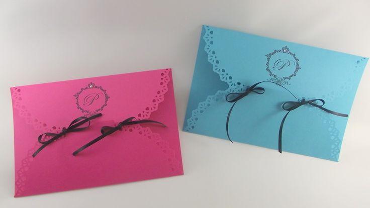 - Convite papel Color Plus 180grs (Disponível nas cores Marfim/Amarelo/Laranja/Salmão/Rosa/Vermelho/Lilás/Azul Tiffany/Verde Claro) <br>- Convite papel Color Plus Colorido impressão somente em preto <br>- Convite papel Opaline Branco 180grs impressão em qualquer cor. <br>- Acompanha fita e adereço (strass ou meia perola) (cor a critério do cliente) <br> <br> <br>Medida: 14x21cm (Fechado) / 21x29cm (Aberto) <br> <br>NÃO ENVIAMOS AMOSTRAS E NÃO VENDEMOS MENOS DE 20 UNIDADES. <br> <br>Prazo…