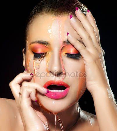 Fluor make-up explosie. kleurrijke schoonheid en mode onder flowin — Stockbeeld #41148687