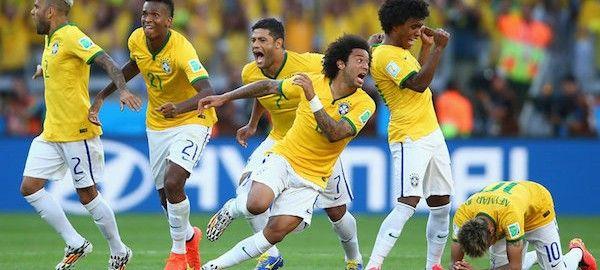 A brazil válogatott 1-1-es döntetlent követően 11-esekkel 3-2-re győzte le Chile csapatát a brazíliai labdarúgó-világbajnokság első szombati nyolcaddöntőjében.