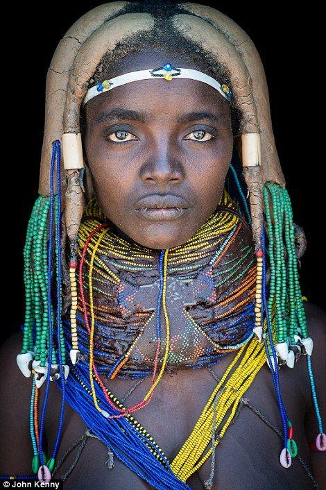 """Mumuhuila . """"Mirando al mundo con sentimientos: Los rostros inolvidables de África"""" . Fotógrafo John Kenny"""