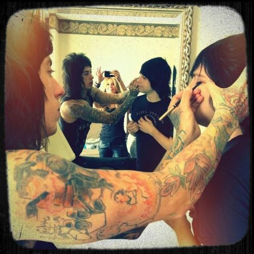 Falling In Reverse!! One of my new,absolute, favorite fuckin pic of Ronnie and band member ! ;) <3