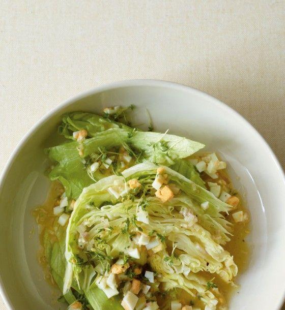Grüner Salat mit Ei-Vinaigrette: Das Dressing aus Weißweinessig, Senf, gekochten Eiern und Kresse macht aus diesem Salat etwas ganz Besonderes.