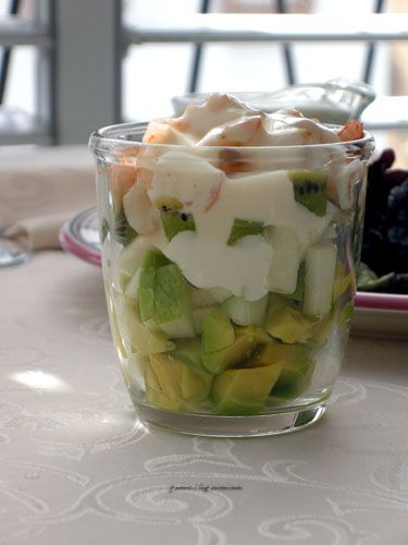 Салат из авокадо, киви с креветками.