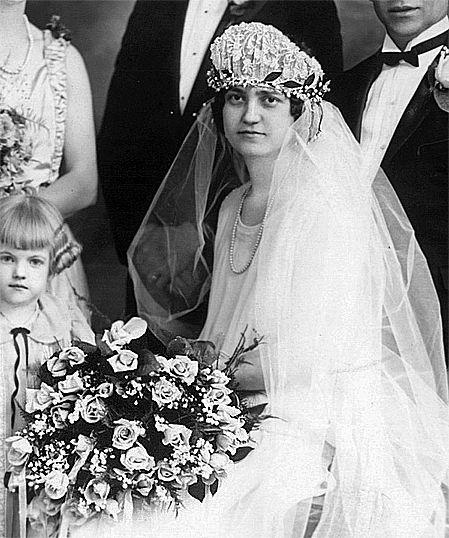 vintage 1920s flapper bride and bouquet